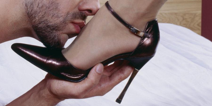 hombre sumiso besa pie de mujer